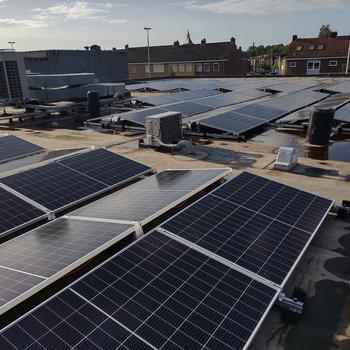 Hoe wij verduurzamen én besparen met 70 nieuwe zonnepanelen op ons kantoor